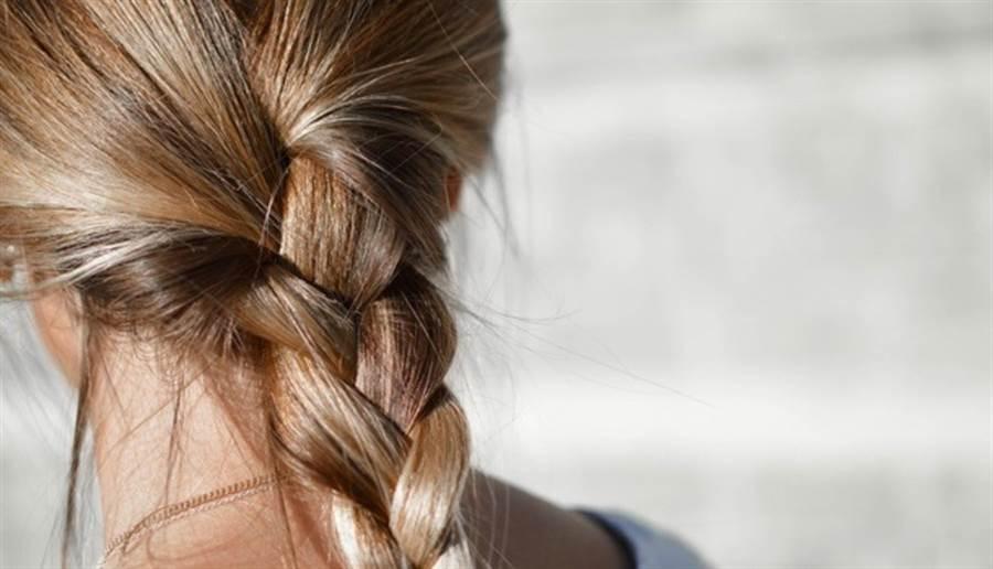 常常綁頭髮,而且綁得過緊,容易使毛囊受傷,導致落髮。(圖片來源:pixabay)