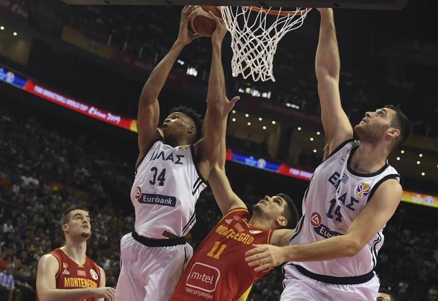 希臘男籃隊(白衣)爭搶籃板球。(美聯社資料照)