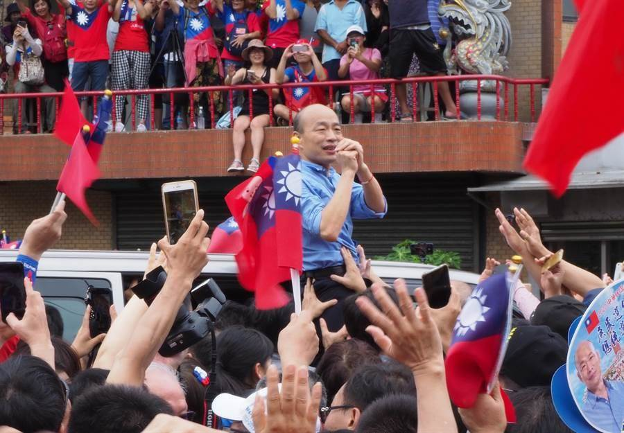 國民黨總統參選人韓國瑜8月18日新竹新豐鄉「永寧宮」參拜,受到大批韓粉、支持者熱烈歡迎。(圖/本報資料照,陳育賢攝)