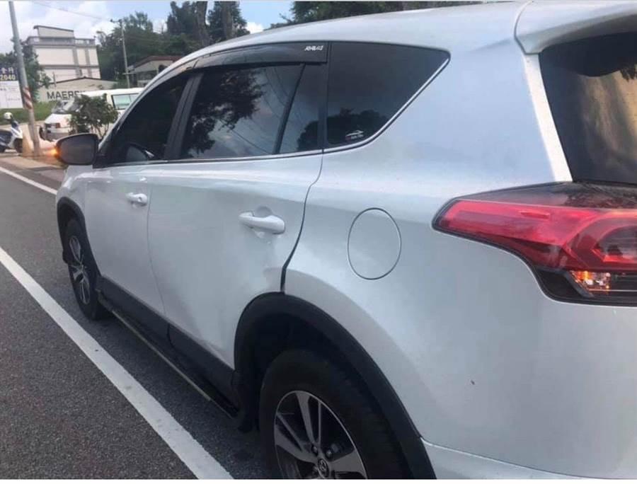 遭撞的轎車車門凹損,所幸駕駛只受到驚嚇。(取自靠北金門/李金生金門傳真)