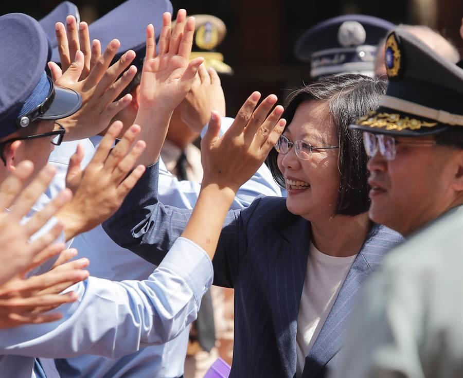 蔡英文總統6日出席三軍士官新生開學「榮耀傳承日」典禮,並且與軍校學生們相互擊掌致意。(季志翔攝