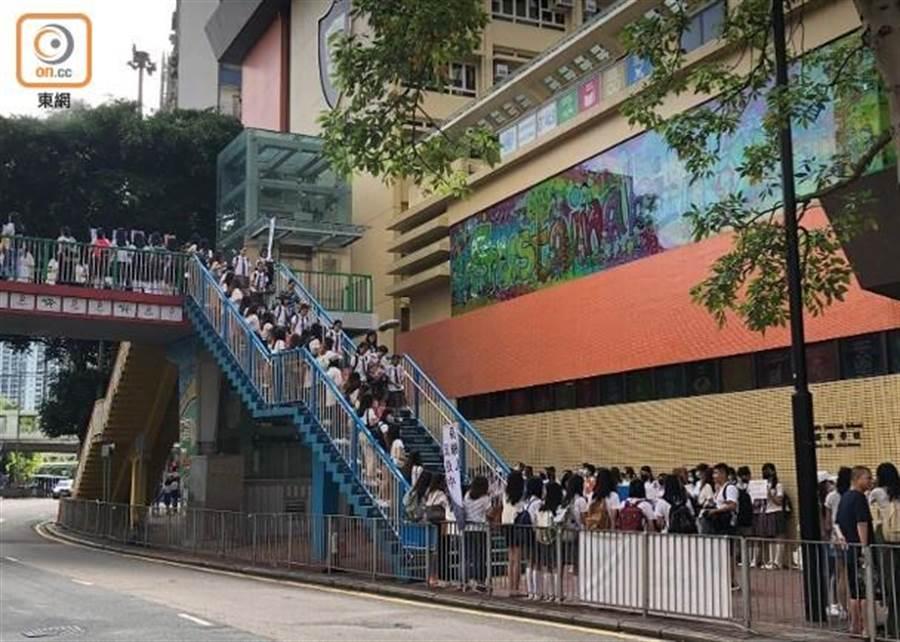 銅鑼灣聖保祿學校人鏈延伸到學校附近的一條行人天橋。(圖/東網)