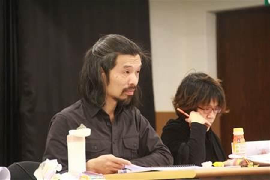 謝東寧(左)癌逝,之前在化療階段仍進排練場排戲,只因和化療的痛苦相比,劇場工作是心靈的一大出口。(盜火劇團提供)
