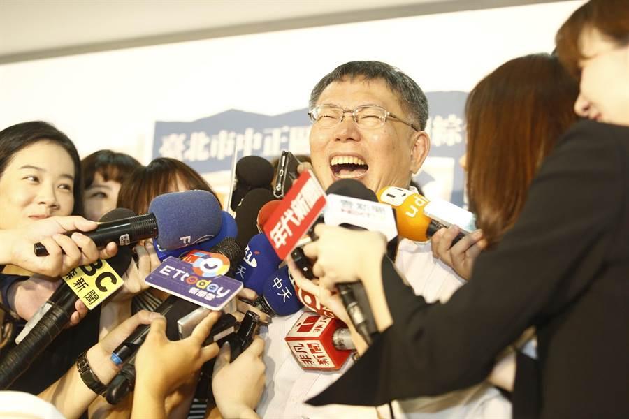 台北市長柯文哲日前接受媒體專訪,被問到學姐黃瀞瑩與林志玲誰漂亮,他回答林志玲結婚懷孕,所以退出比賽,該發言被質疑違法,也缺乏性別意識。他6日受訪時對她致歉,坦言自己性平教育還是不及格;沒想到,才剛道歉完,下一秒柯文哲竟又失言,拿總統府祕書長陳菊身材做文章說「陳菊是比較肥的韓國瑜?」(張鎧乙攝)