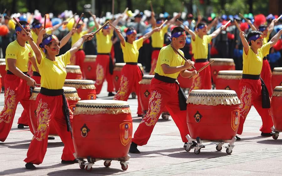 國軍108年三軍士官新生開學「榮耀傳承日」典禮6日舉行,新生以勇士戰鼓的表演,象徵榮耀的傳承。(季志翔攝)