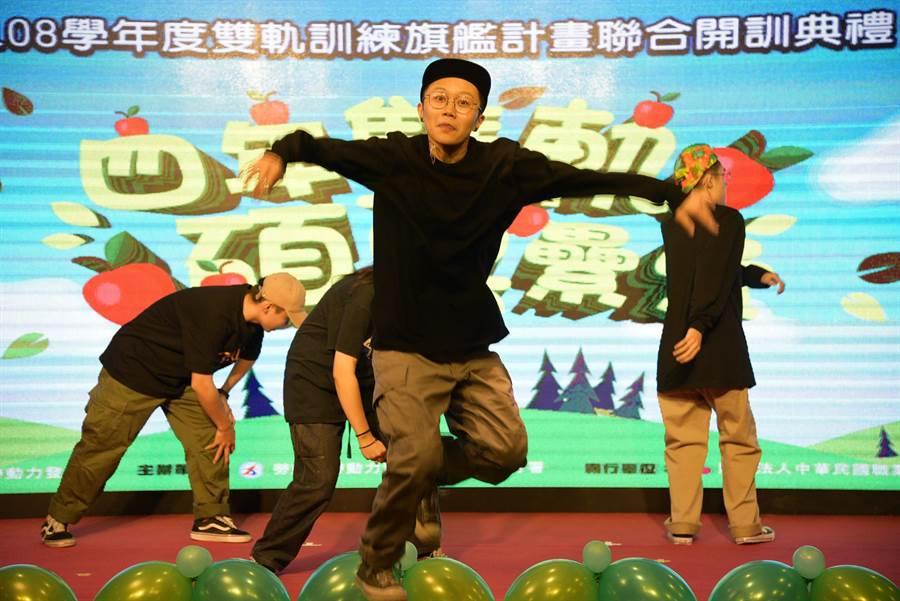 雙軌旗艦訓練計畫由學校街舞表演熱鬧開場、炒熱氣氛。(吳江泉攝)