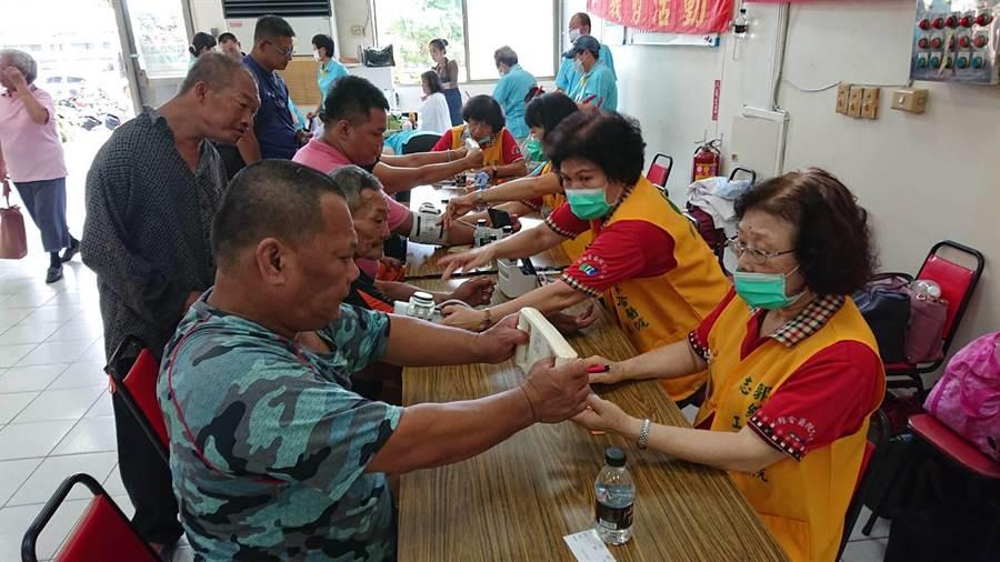 台南市社會局趁中秋節前夕邀街友同歡。(程炳璋攝)