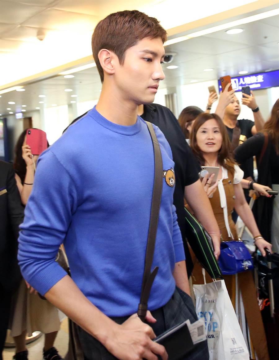 昌珉身穿亮眼的藍色針織衫。(范揚光攝)
