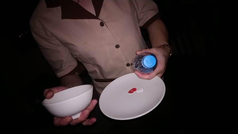 網友在飯店床下發現一組碗盤,飯店人員帶水果籃賠罪。(圖/摘自PTT)