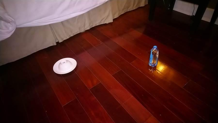 網友拍到飯店床下的奇怪物件,PO文求助這代表什麼。(圖/摘自PTT)