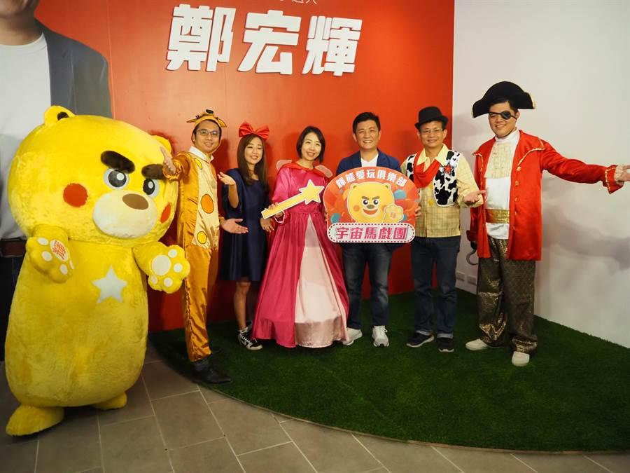 民進黨下屆新竹市立委參選人鄭宏輝將在本周六、日推出「擊掌傳愛」活動,大型玩偶「輝熊」將會在新竹的各個公園出沒,讓城市充滿笑容。(陳育賢攝)