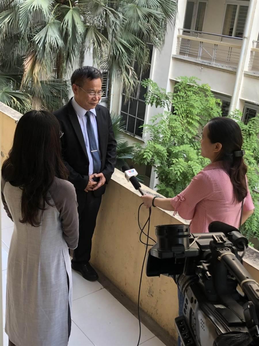金大人社院教授陳益源(中)接受越南媒體採訪。(金大提供/李金生金門傳真)