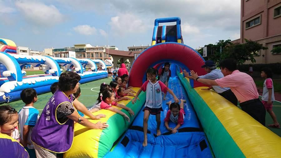 何爺爺跳跳屋移動樂園今天(6日)終於巡迴到台南市新營新泰國小,全校600多名學生排隊瘋玩。(劉秀芬攝)
