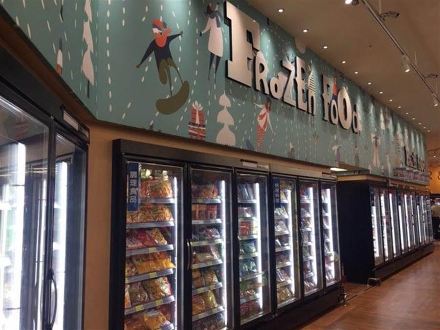 全聯台中市政店的店裝由日本設計師西川隆操刀,塗鴉風格的陳列櫃裝點花藝,用不同的顏色和圖案來區分商品類別。(郭家崴攝)