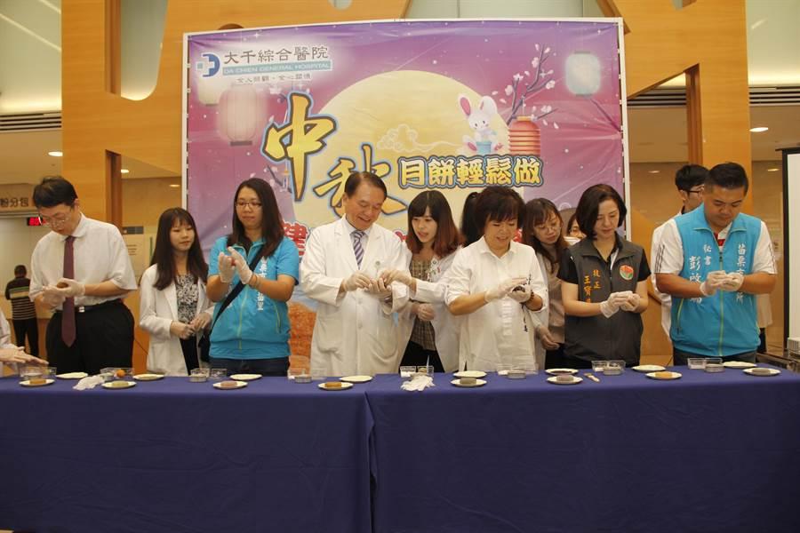 大千綜合醫院推廣中秋「冰皮月餅」輕鬆做,8種全榖雜糧讓民眾攝取低卡又健康。(大千醫院提供/巫靜婷苗栗傳真)