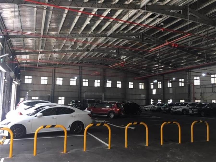 1樓室內停車場有21個停車位,店內消費300元可扺1小時。(郭家崴攝)