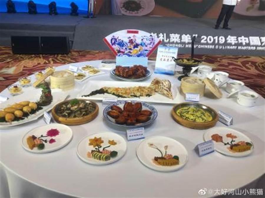 北京冬奧日前公布《崇禮菜單》,2022年將以入選的360道料理、小吃招待到崇禮參加冬奧的遊客。(取自新浪微博@大好河山小熊貓)