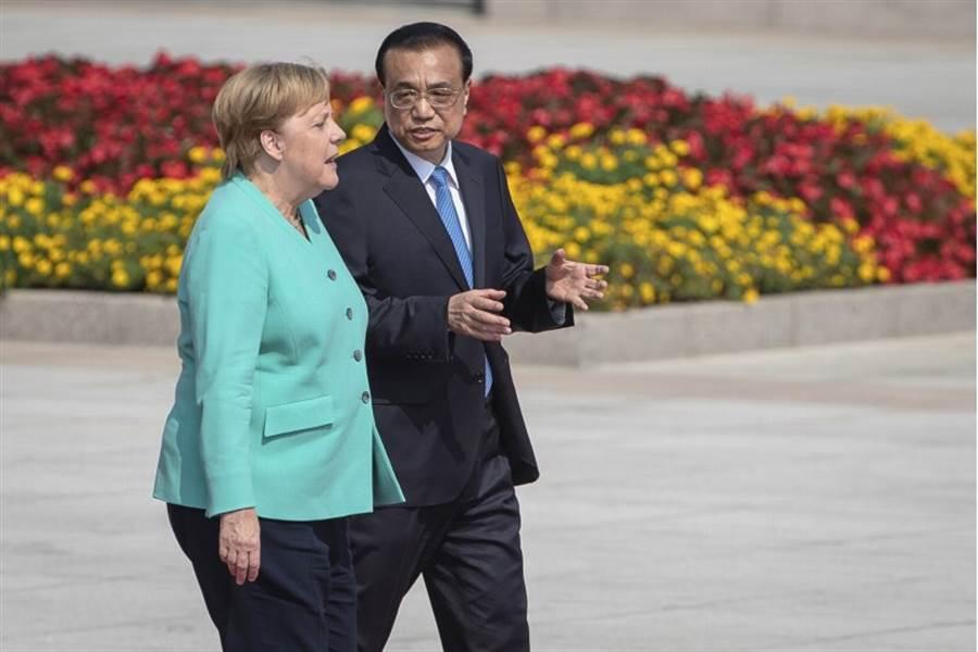 德國總理梅克爾6日訪陸,與大陸國務院總理李克強會談時提及香港問題,並表示需要和平解決香港的問題。圖為李克強與梅克爾在北京人民大會堂前交談。(美聯社)