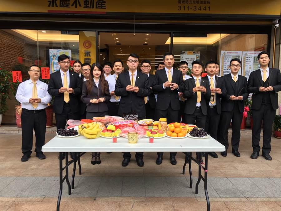 由最初5人團隊,陸陸續續加入生力軍,永慶不動產南崁特力光明加盟店在林碩茂店(左4)帶領下,創下開店5個月、業績破2800萬的好成績。