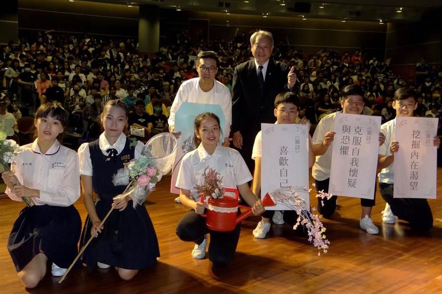 開學前夕,正修科大校長龔瑞璋送給新生3帖心靈成長藥帖作為入學賀禮。(林雅惠攝)