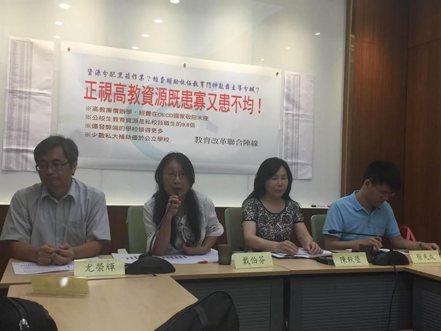 全國私校工會理事長尤榮輝(左一)及台灣私校工會理事長陳秋瑩(右二)。(簡立欣攝)