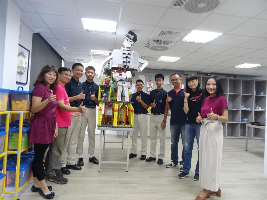 華盛頓中學四名學生在物理老師和地科老師指導下,參加2019世界機關王的比賽獲得國中組金牌肯定,華盛頓中學校長劉一欣(右一)。也為孩子們的傑出表現感到驕傲。(馮惠宜攝)