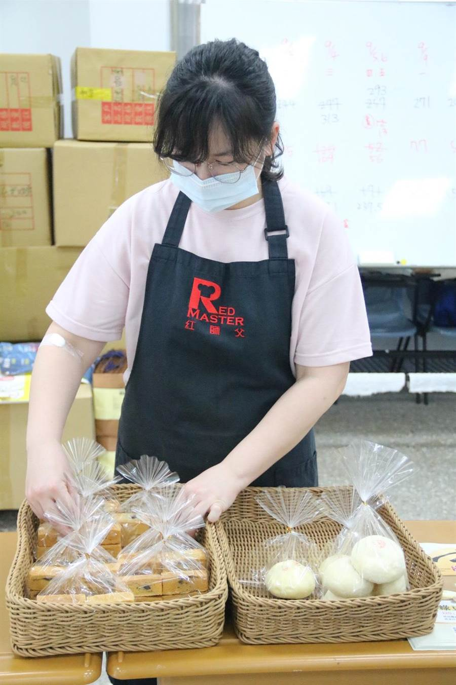 弘光科大今年推出綠豆椪與弘彩酥兩款月餅,比市售月餅熱量更低。(陳淑娥攝)