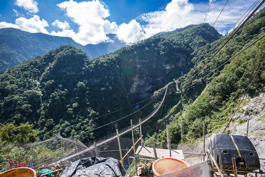 信義鄉雙龍吊橋施工中,預計年底竣工啟用。(廖志晃攝)