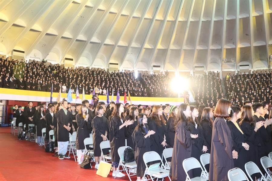輔仁大學6日舉行大一新鮮人的開學典禮,上千位同學參與。(吳亮賢攝)