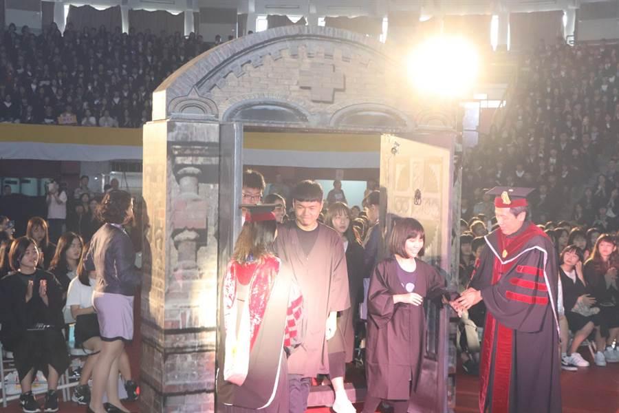 開學典禮規劃別具特色的「叩門禮」儀式,象徵人生走入新階段。(吳亮賢攝)