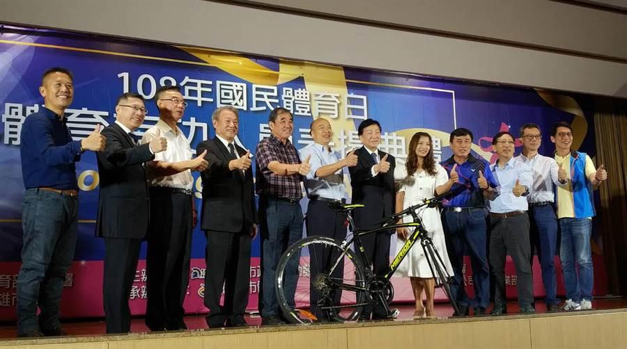 高雄巿體育有功人員表揚,高雄巿長韓國瑜出席頒獎。(曹明正攝)