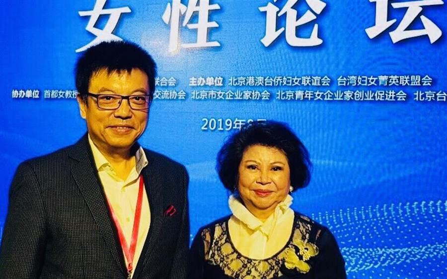 台灣婦女菁英聯盟總顧問謝士滄(左)應邀參加女性論壇。(圖/台灣婦菁聯盟提供)