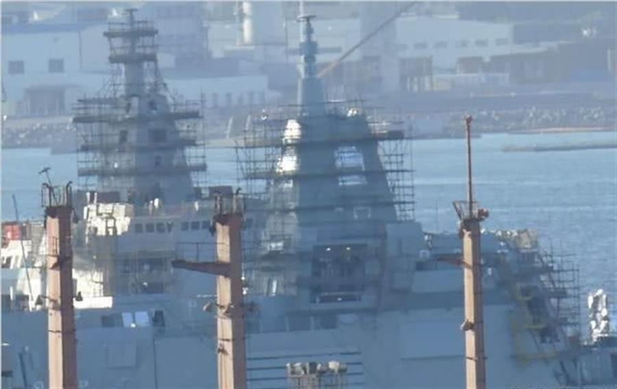舾裝中的055大型驅逐艦,正在艦頂的大型相控陣列雷達似已安裝完成。(圖/微博@海邊漫步HH)