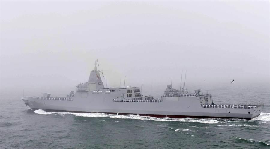 055驅逐艦是目前大陸自行設計與生產的最大型武器。圖為055在今年青島海軍節正式亮相。(圖/新華社)