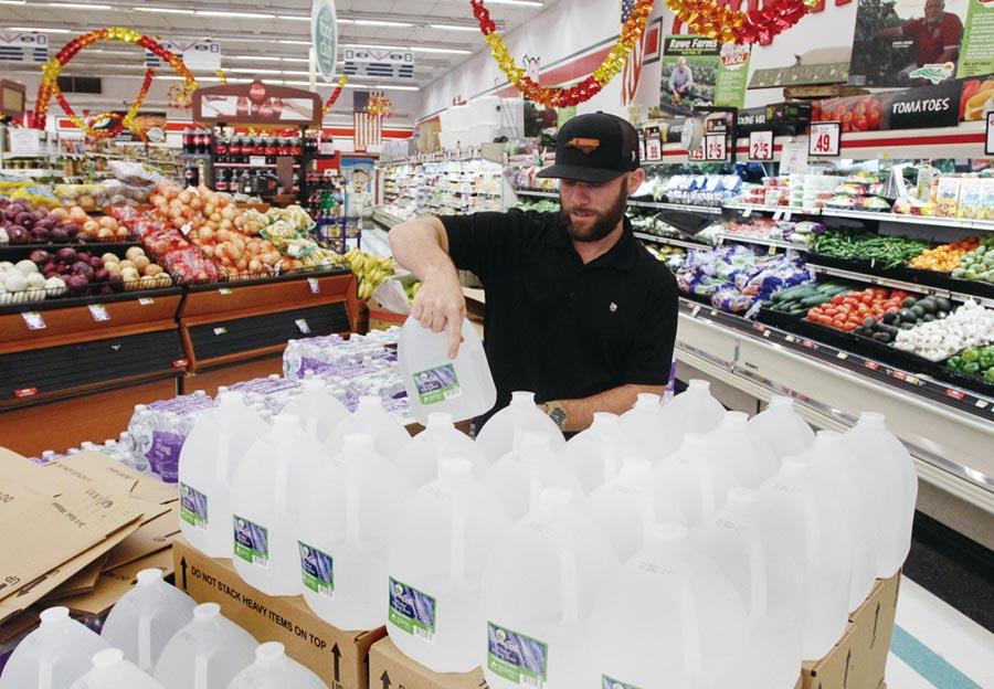 颶風多利安來襲,預期美國零售業會大受衝擊,但與抗災相關的民生用品買氣卻大幅成長。圖/美聯社