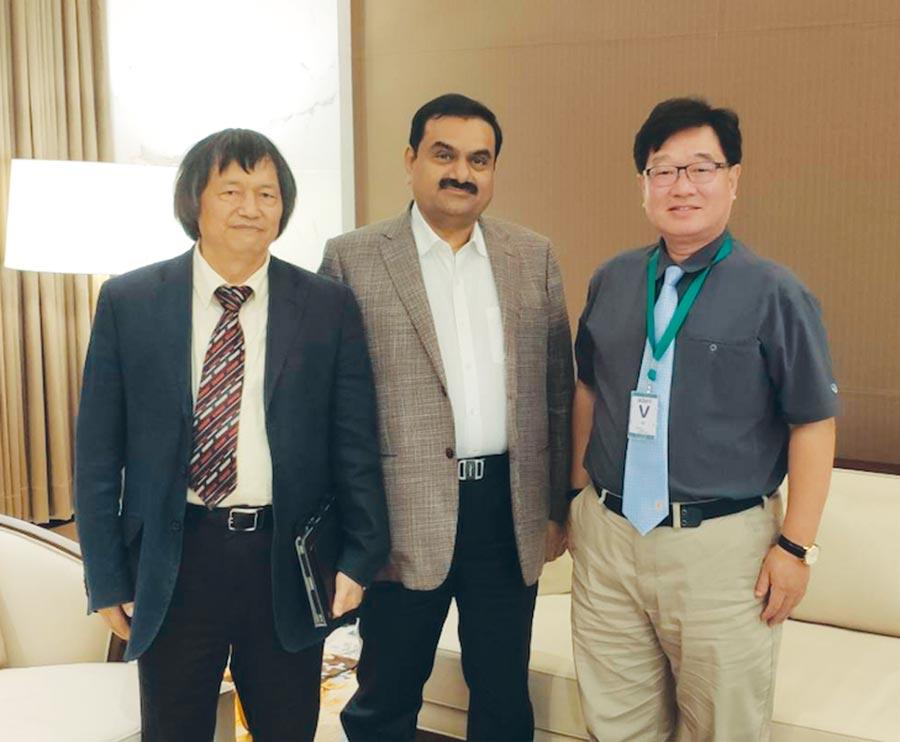 台中銀行總經理賈德威(右)與印度Adani集團總裁Gautam Adani(中)合影。圖/台中銀行提供