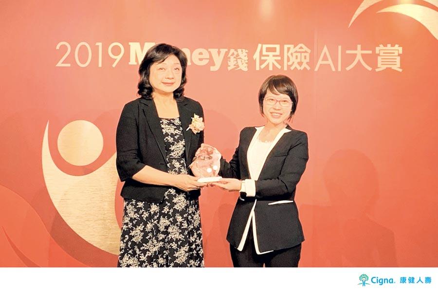 康健人壽客戶價值發展部副總經理陳碧玉(右)代表受頒「保險AI大賞」大獎,由中華民國退休基金協會理事長王儷玲頒獎。圖/康健人壽提供