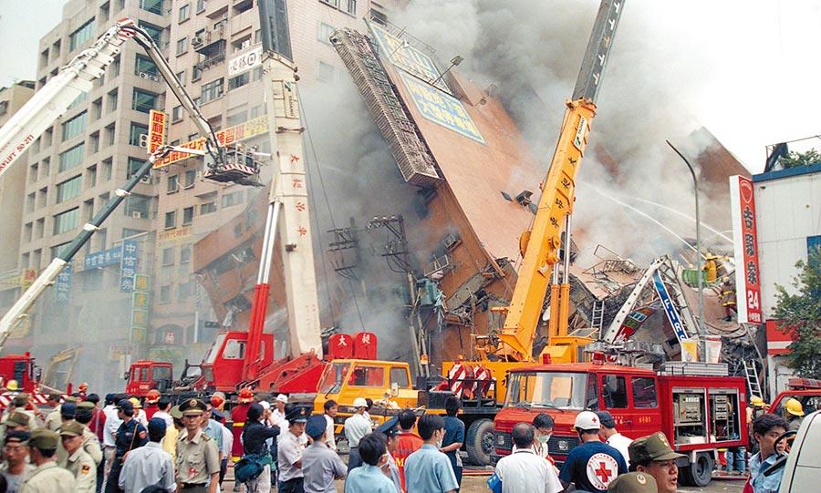921全台大地震,台北市松山區八德路東星大樓整棟大樓倒塌,造成嚴重傷亡。(本報資料照片)