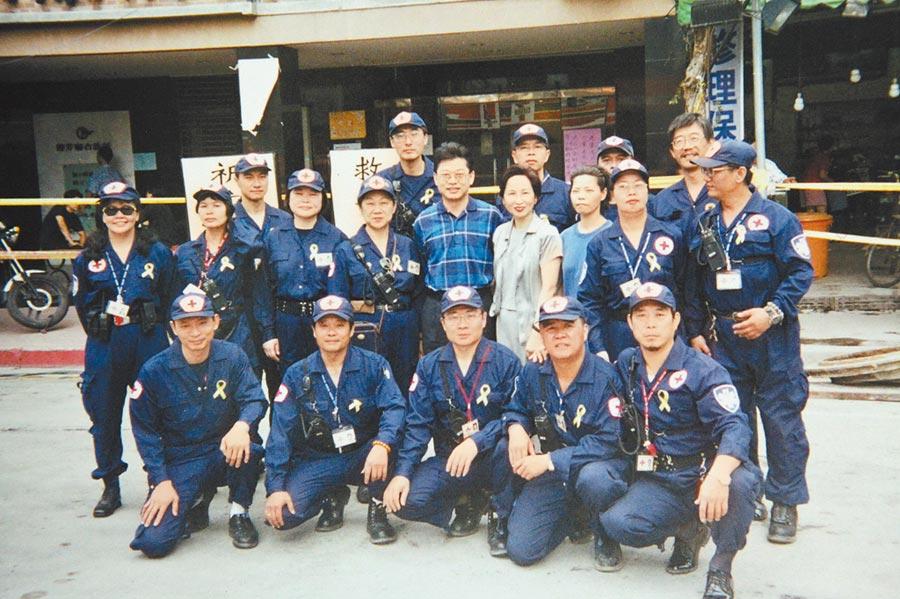 參與台北東星大樓救災的隊員。(紅十字會提供)