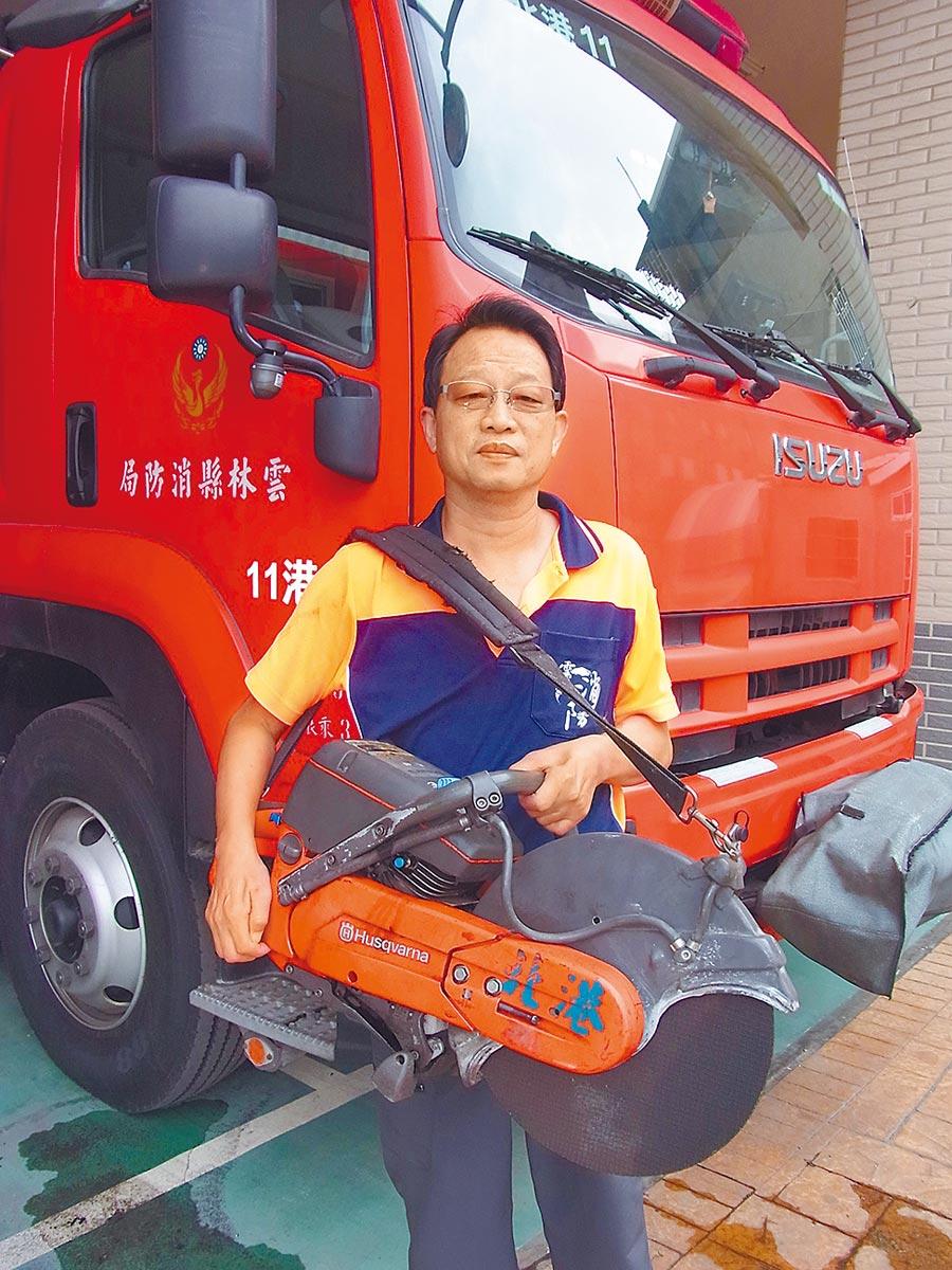 消防隊員張達毅克服密閉空間恐懼,奮不顧身在921大地震中救出3名受困者。(張朝欣攝)
