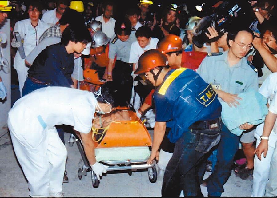 921時雲林斗六災情最嚴重的觀邸大樓,救難人員挺進,救出受困者。(本報資料照片)