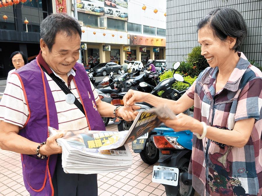 人安基金會嘉義站住民吳榮業(左)每天到台銀前面賣《中國時報》、《旺報》,顧客樂於買報鼓勵他自食其力。   (廖素慧攝)