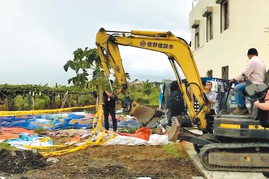 警方在宜蘭焚屍地點開挖,找出部分錢莊老闆骨骸。(中時資料照 胡健森攝)