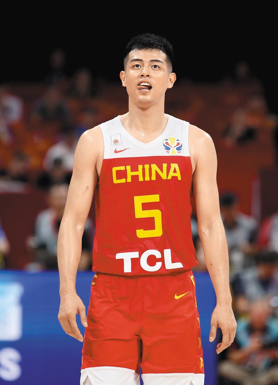 大陸籃球員連敗,贊助商TCL也中槍,被譏太差了,圖為9月4日,陸隊球員方碩穿著印有TCL字樣的球衣。(新華社)