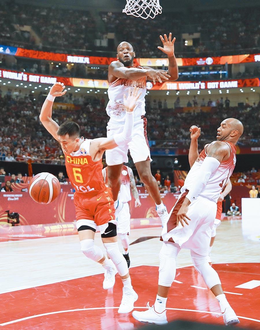 9月4日,在北京舉行的國際籃總籃球世界盃比賽中,委內瑞拉隊球員格·巴加斯(上)防守大陸球員郭艾倫(左)的進攻。(新華社)