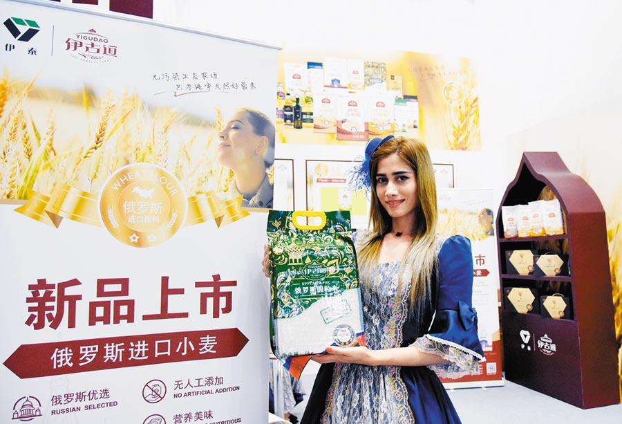 2019年5月28日在北京國家會議中心,一名俄羅斯女孩介紹俄羅斯出口的糧食。(新華社)