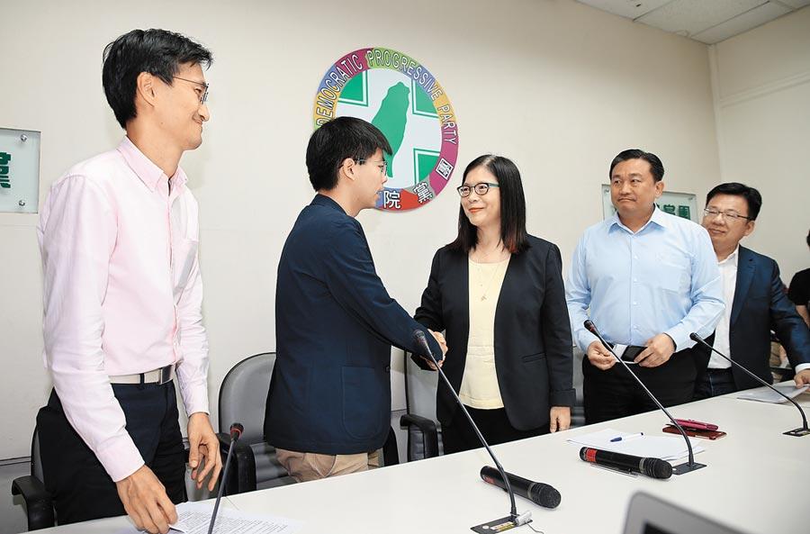 香港眾志祕書長黃之鋒(左2)5日拜會民進黨立法院黨團。(本報系記者姚志平攝)