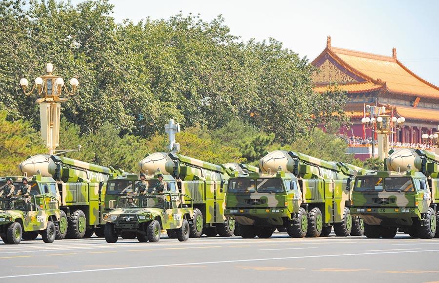 2015年9月3日,中國人民抗日戰爭暨世界反法西斯戰爭勝利70周年紀念大會在北京舉行,東風-21D彈道飛彈發射車通過長安街。(新華社)