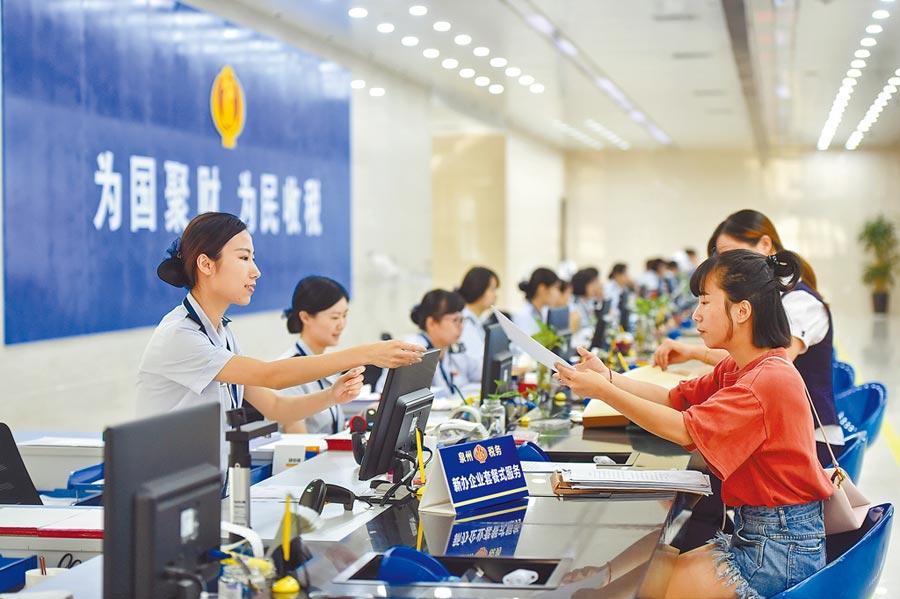 2018年9月13日,大陸國地稅合併後,國家稅務總局福建省稅務局推行納稅人「套餐式」服務。(新華社)