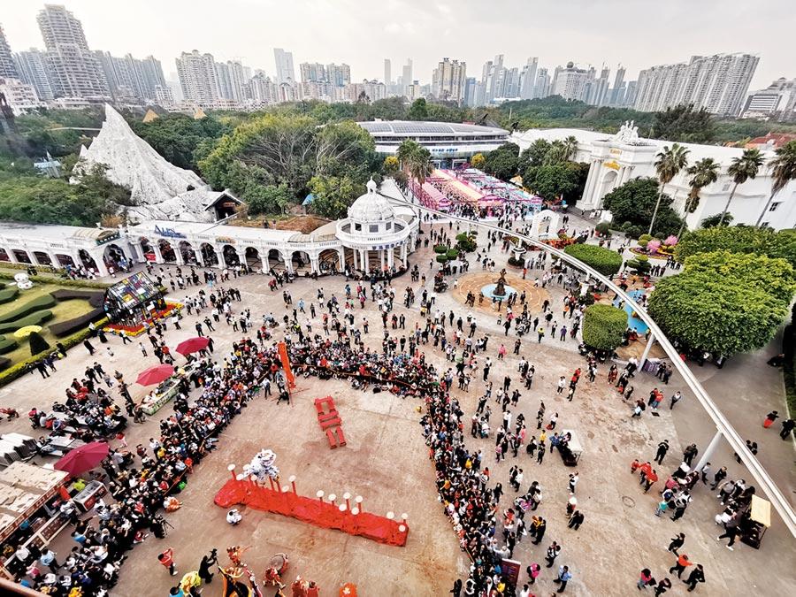 深圳名列吸引大陸年輕人的城市前3名,圖為年初深圳世界之窗景區國際街頭藝術節。(中新社資料照片)